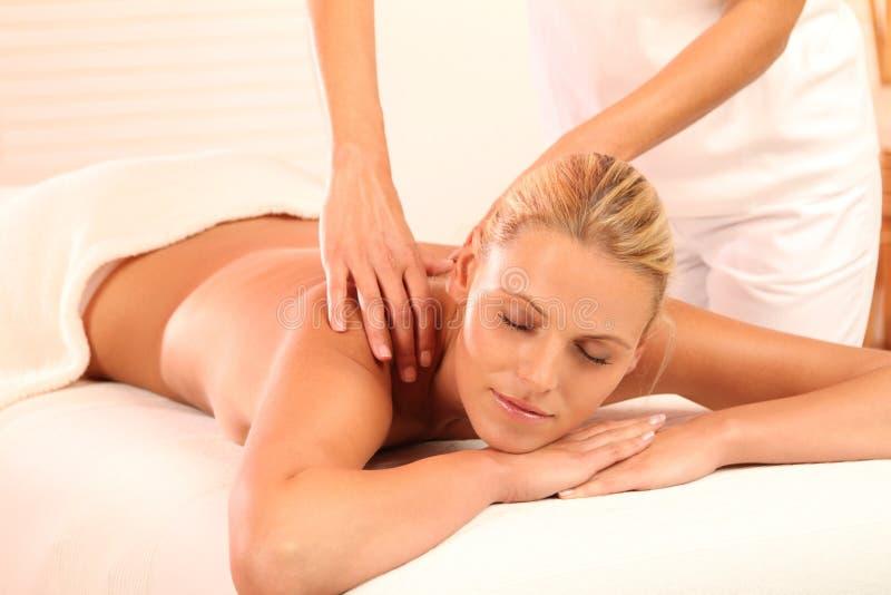 Frau, die während der Massage sich entspannt stockbild