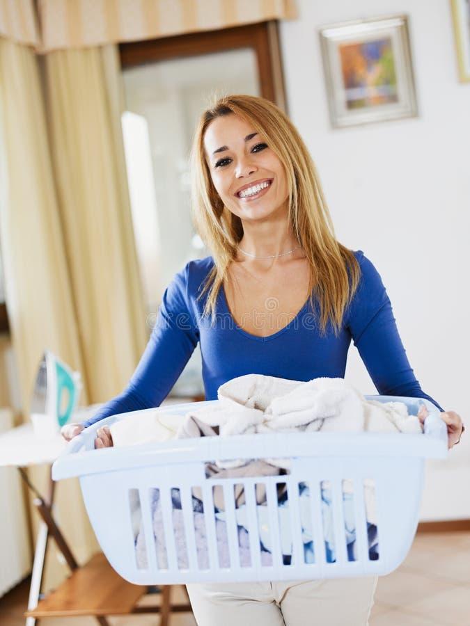 Frau, die Wäscherei tut stockfotos