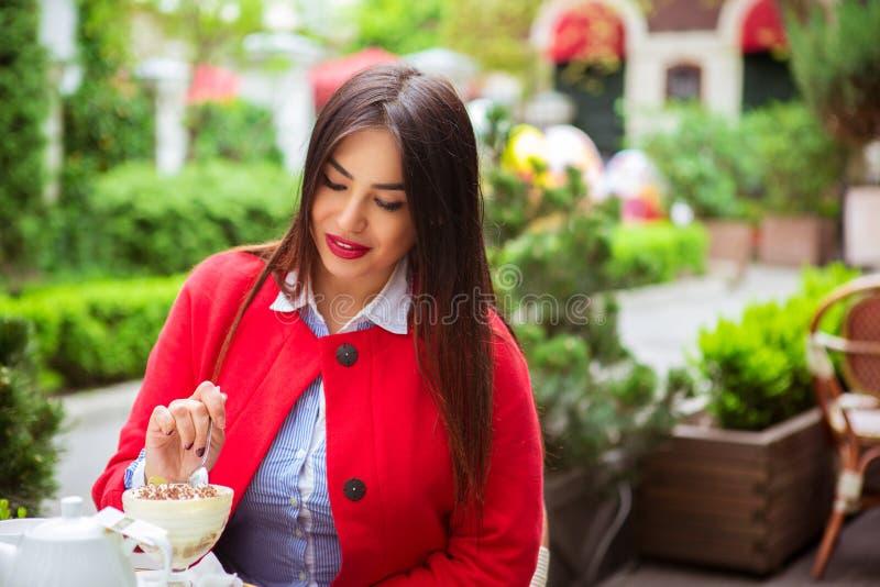 Frau, die Wüste in einem französischen Restaurant isst stockfoto