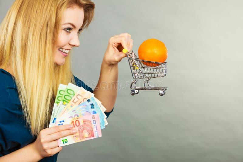 Frau, die Warenkorb mit Orange nach innen hält stockfotos