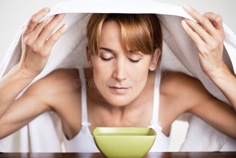 Frau, die warmes Wasser atmet lizenzfreie stockfotos