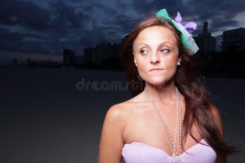 Frau, die weg von der Kamera flüchtig blickt lizenzfreie stockfotografie