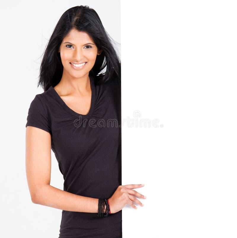Frau, die weißen Vorstand darstellt stockbilder