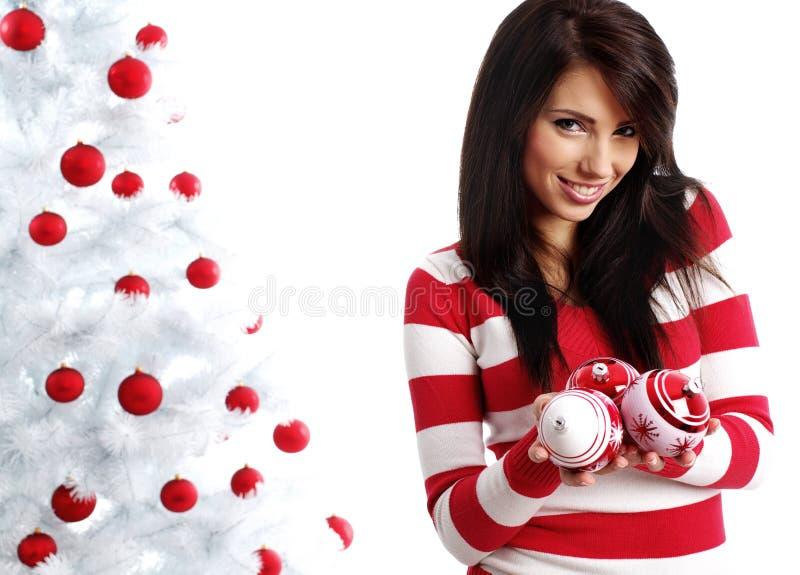 Frau, die weißen Weihnachtsbaum verziert stockfotos