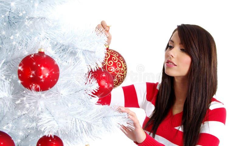 Frau, die weißen Weihnachtsbaum verziert lizenzfreies stockfoto