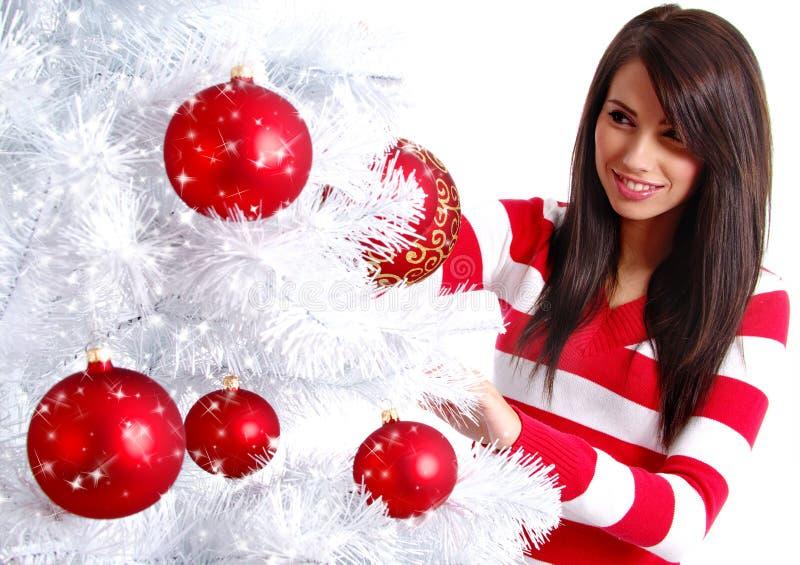 Frau, die weißen Weihnachtsbaum verziert lizenzfreie stockfotografie