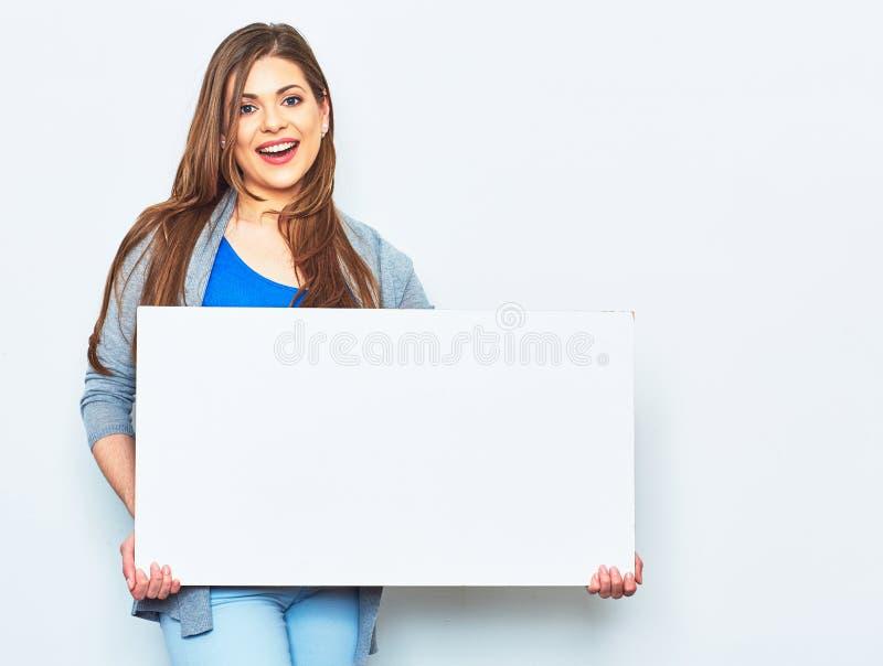 Frau, die weißes leeres Schild hält stockfotos