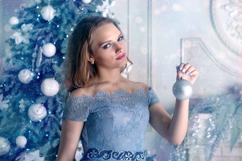 Frau, die Weihnachtsball hält lizenzfreie stockbilder