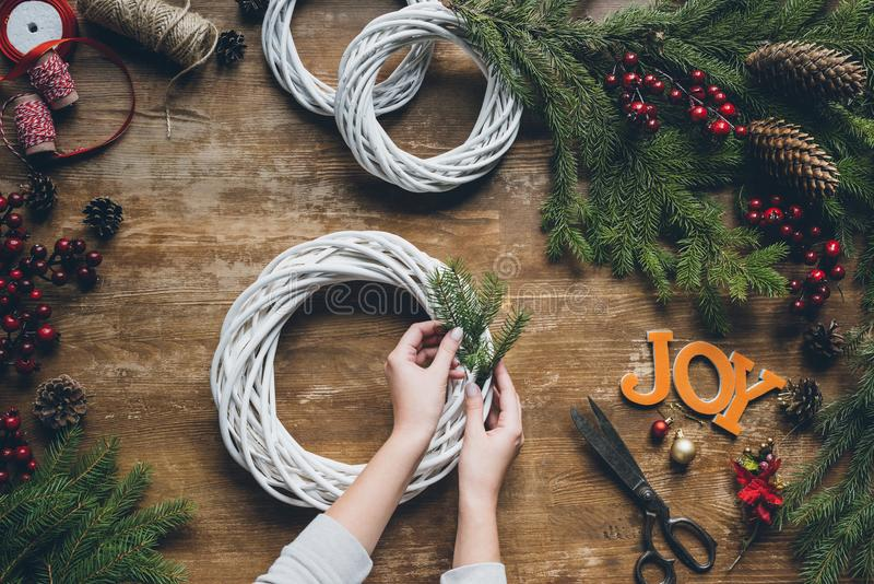 Frau, die Weihnachtskranz macht stockfoto