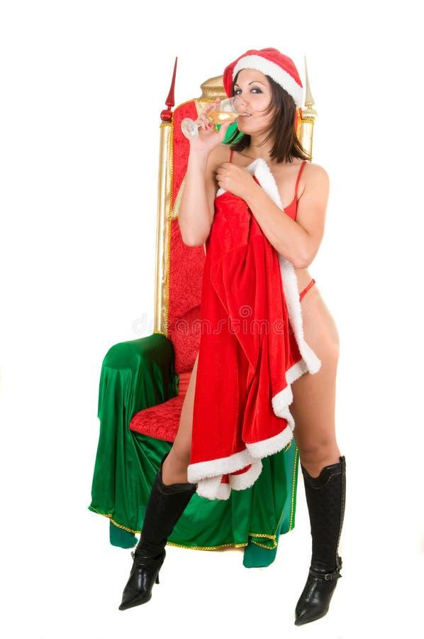 Frau, die Weihnachtsmannkleidung und -c$trinken trägt stockbilder