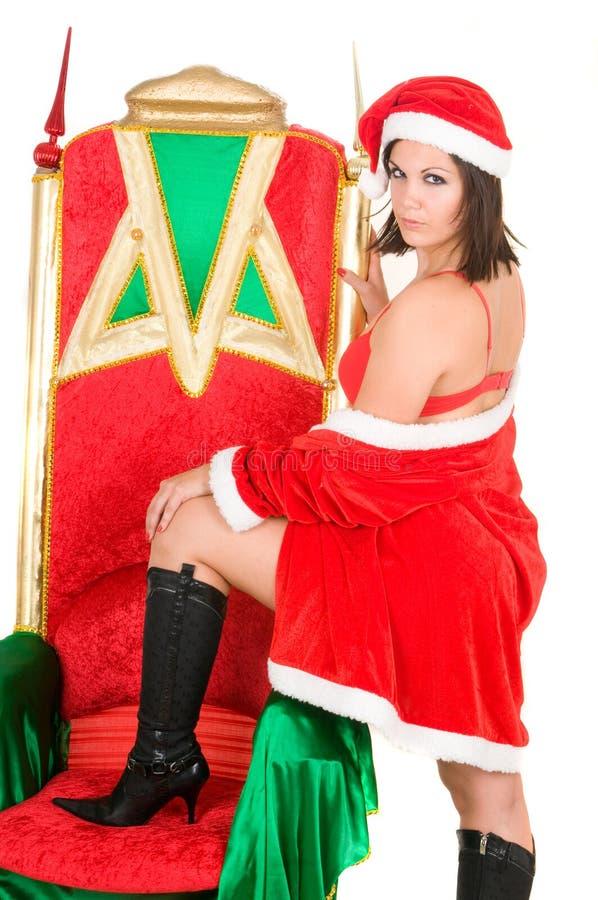 Frau, die Weihnachtsmannkleidung und -c$trinken trägt lizenzfreies stockfoto