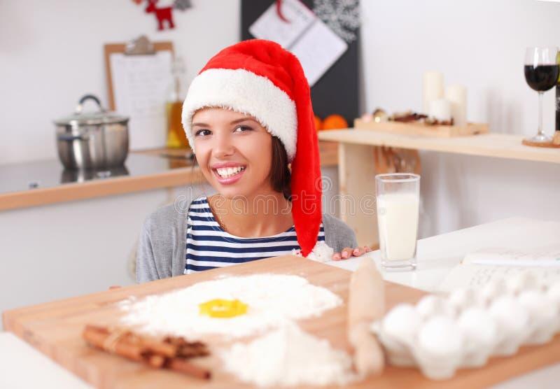 Frau, die Weihnachtsplätzchen in der Küche macht stockfoto
