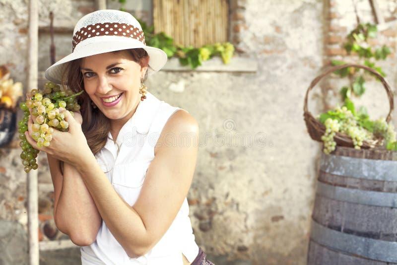 Frau, die Weintraube hält stockfotografie