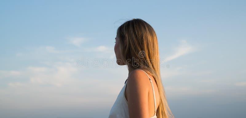 Frau, die weit weg schaut Träumen über bessere Zeiten Erfolg Zukünftige Lebensdauer Reisendes Konzept Mädchen auf Sonnenuntergang lizenzfreie stockfotografie