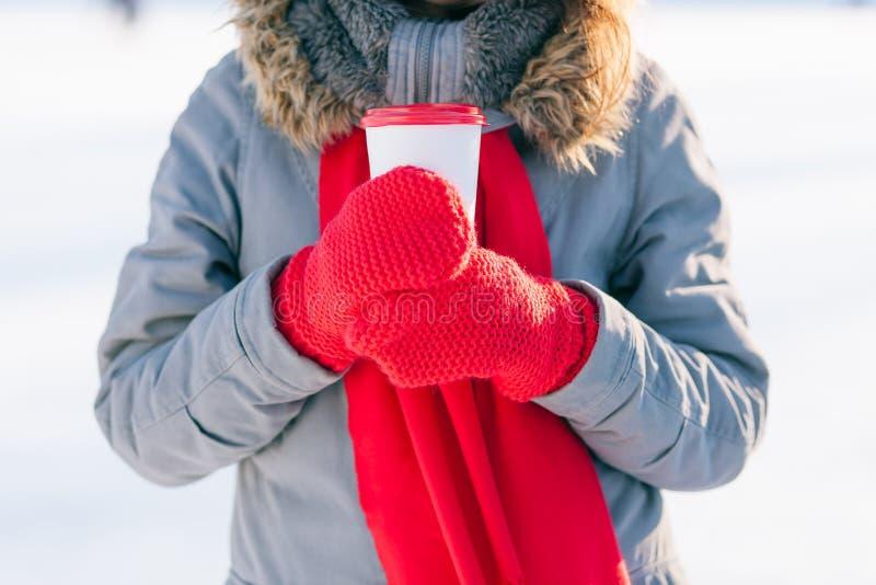 Frau, die Winterschalenabschluß hochhält lizenzfreie stockfotografie