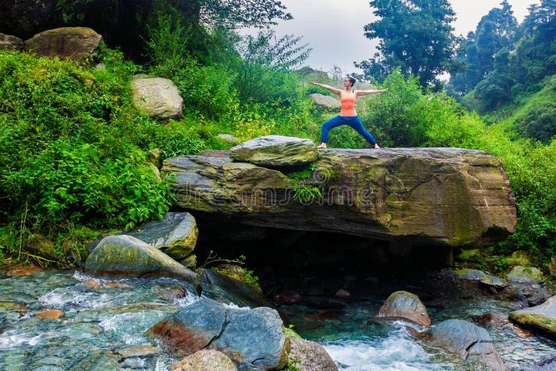 Frau, die Yoga Ashtanga Vinyasa Kriegershaltung Virabhadrasana 2 tut stockbilder
