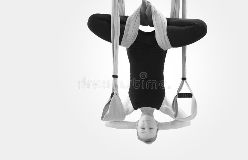 Frau, die Yoga in Fligh tut lizenzfreie stockfotos