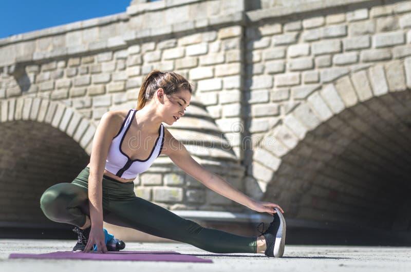 Frau, die Yoga tun und pilates im Freien mit ihrer Matte stockbilder