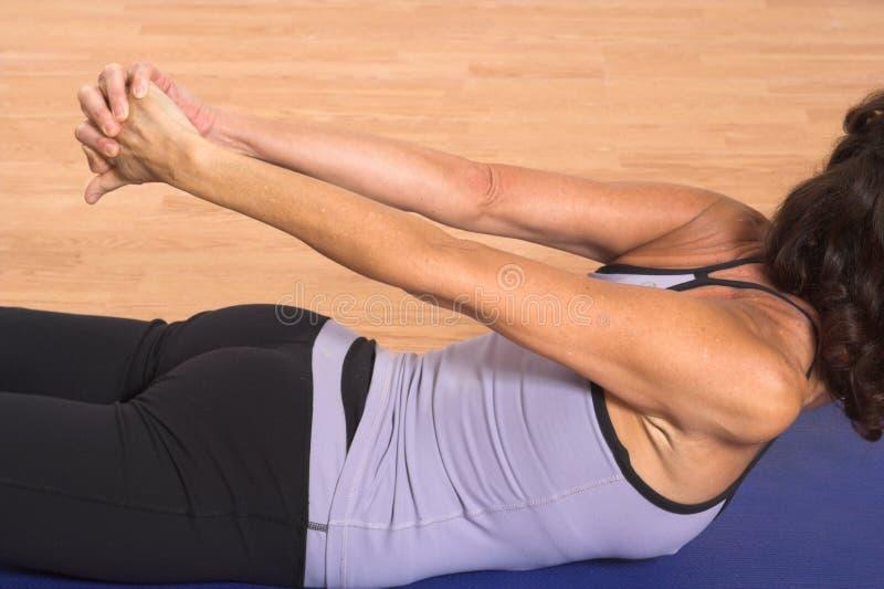 Frau, die Yoga tut lizenzfreies stockbild