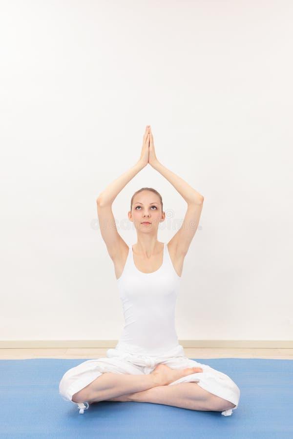 Download Frau, die Yoga tut stockbild. Bild von ruhe, energie - 26373457