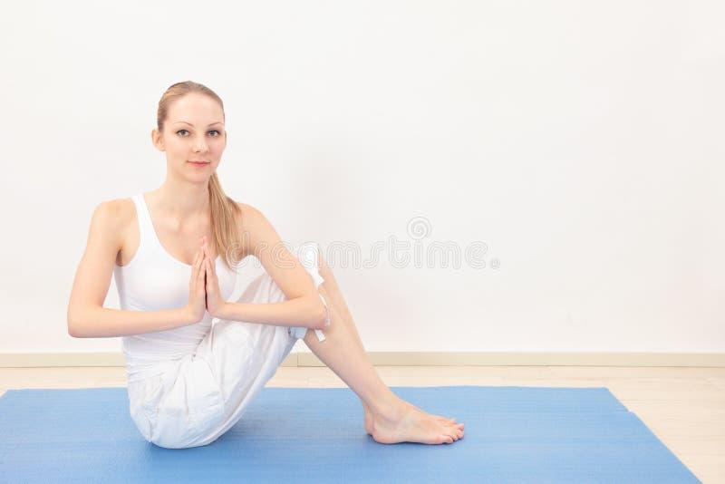 Download Frau, die Yoga tut stockbild. Bild von hände, kaukasisch - 26373477