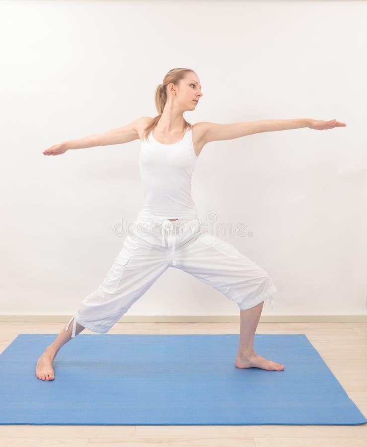 Download Frau, die Yoga tut stockbild. Bild von gesund, leute - 26373491