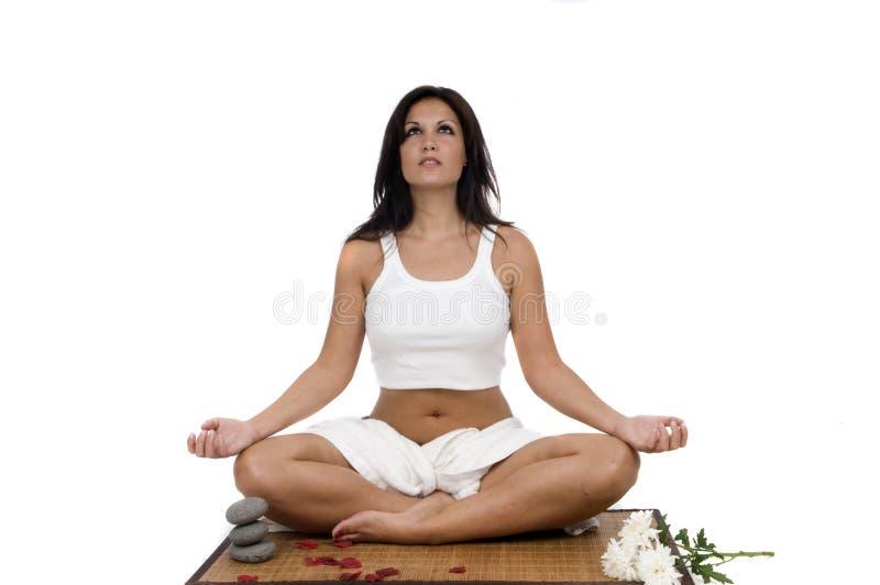 Frau, die in Yogastellung sich entspannt stockfotografie