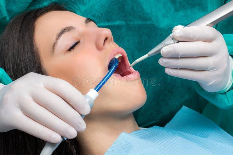 Frau, die zahnmedizinische Reinigung hat lizenzfreie stockfotografie