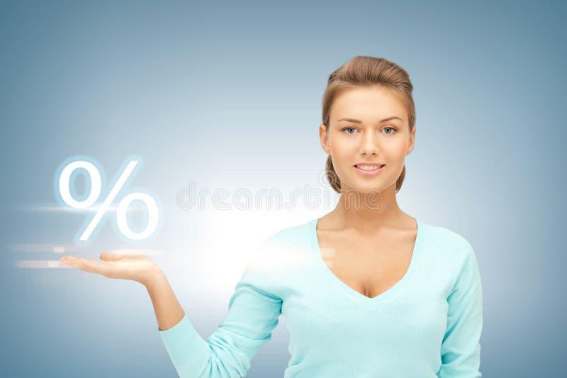 Frau, die Zeichen von Prozenten in ihrer Hand zeigt stockfotografie