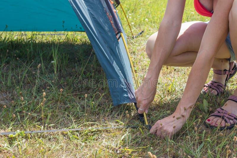Frau, die Zelt im Freien errichtet lizenzfreie stockbilder