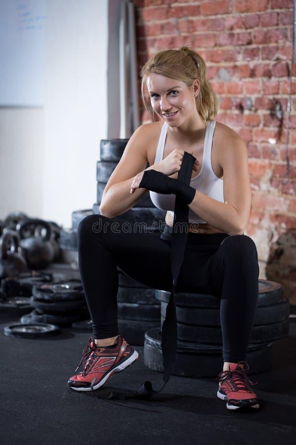 Frau, die zu crossfit Training sich vorbereitet stockbilder