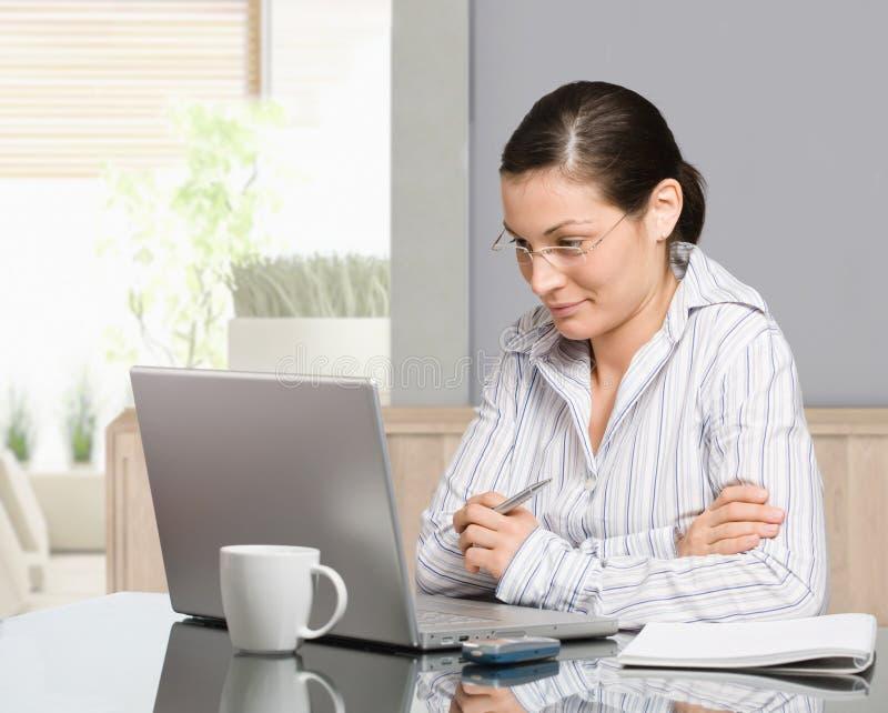 Frau, die zu Hause arbeitet lizenzfreies stockfoto