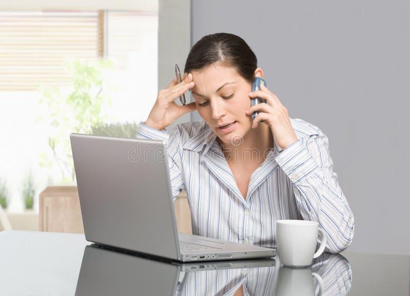 Frau, die zu Hause arbeitet stockbilder
