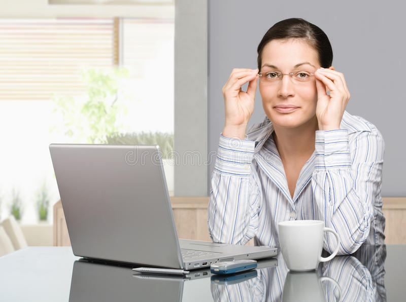 Frau, die zu Hause arbeitet lizenzfreies stockbild
