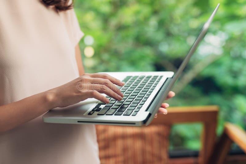 Frau, die zu Hause Bürohand auf Tastaturabschluß oben bearbeitet stockfotos