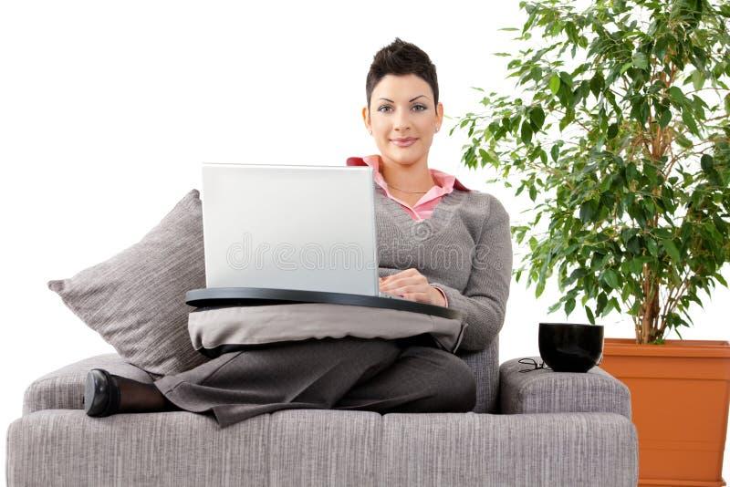 Frau, die zu Hause an Computer arbeitet stockfoto
