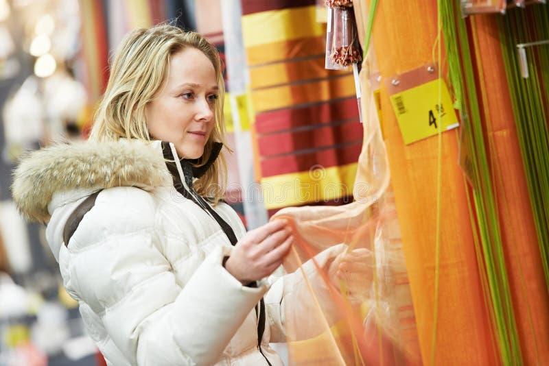 Frau, die zu Hause Dekorationssupermarkt kauft stockfotografie