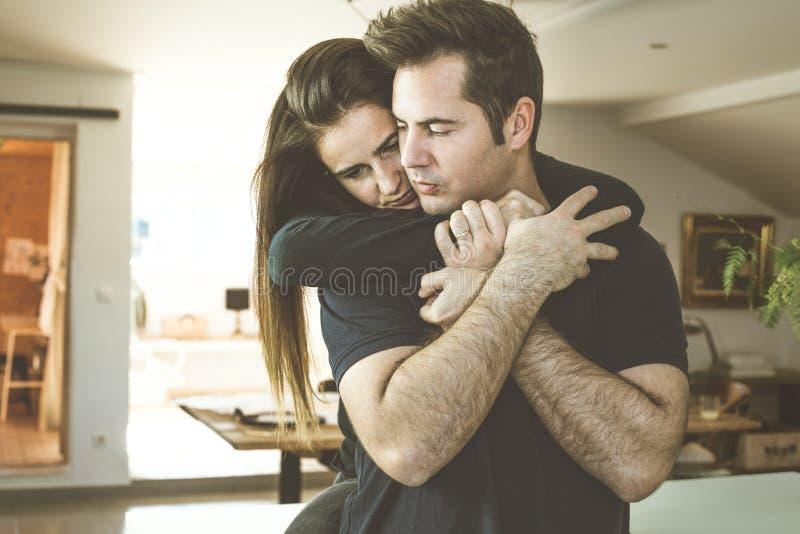 Frau, Die Zu Hause Einen Mann Umarmt Romantisches Konzept