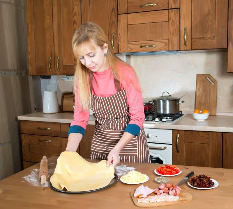 Frau, die zu Hause Küche der Pizza macht stockfoto