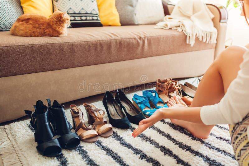 Frau, die zu Hause Schuhe wählt r stockbilder