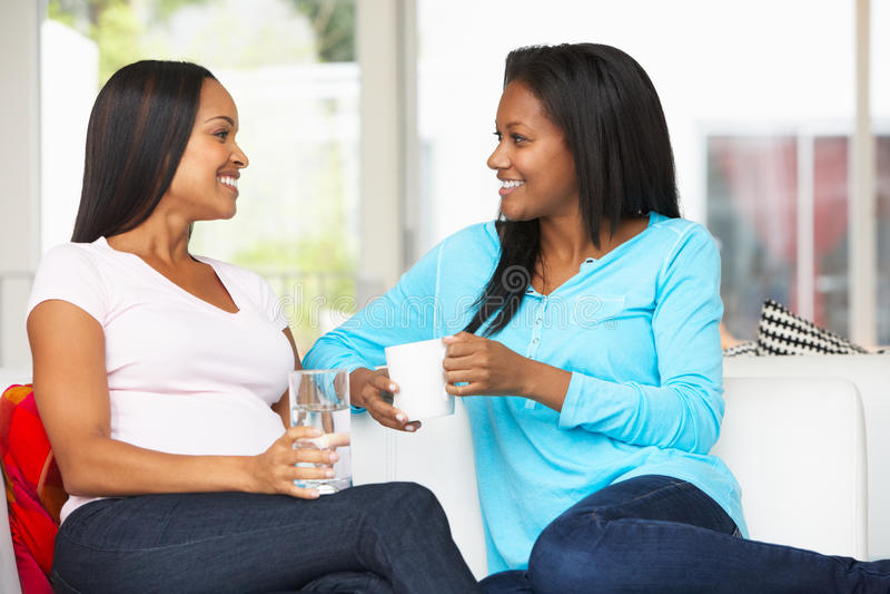 Frau, die zu Hause schwangeren Freund besucht stockbilder