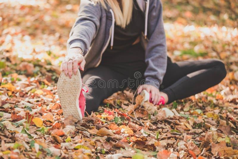 Frau, die zu laufendem Programm des Morgens fertig wird lizenzfreie stockfotografie