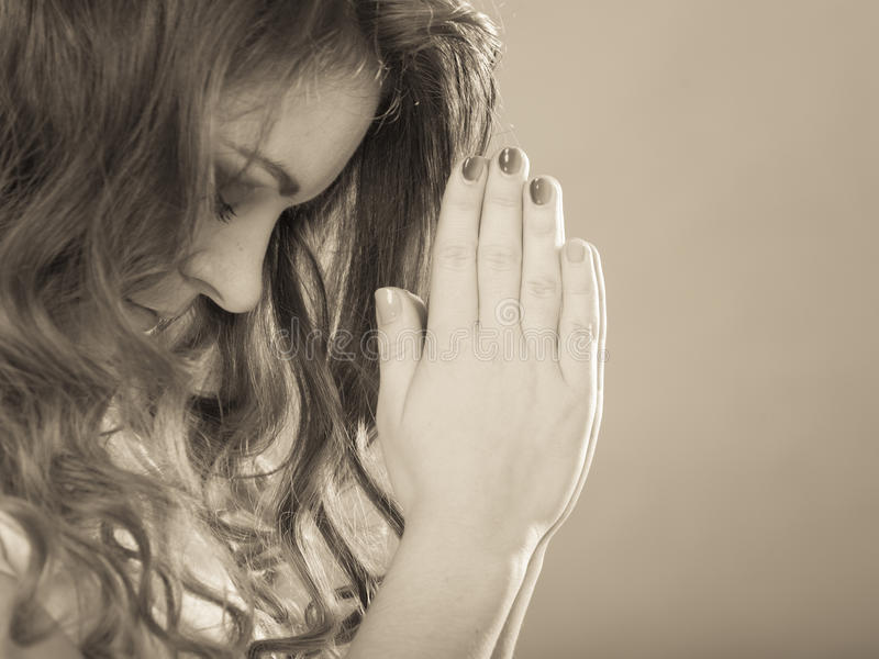 Frau, die zum Gott Jesus betet Religionsglaube stockbilder