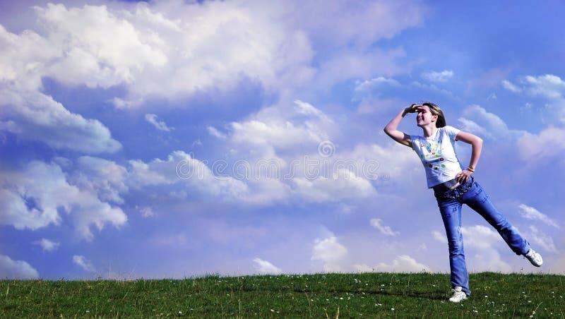 Frau, die zum horizont schaut stockfotografie