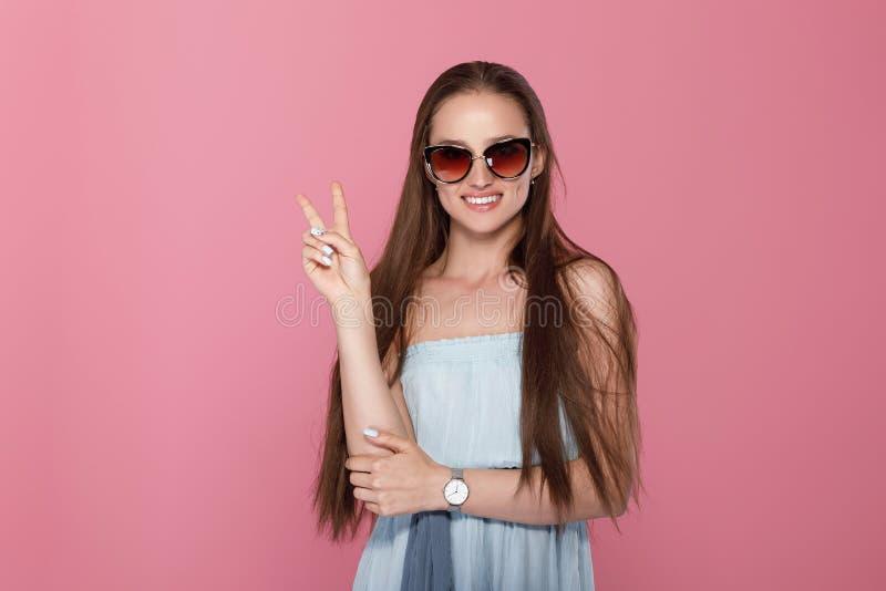 Frau, die zwei Finger oder Sieggeste zeigt stockbild