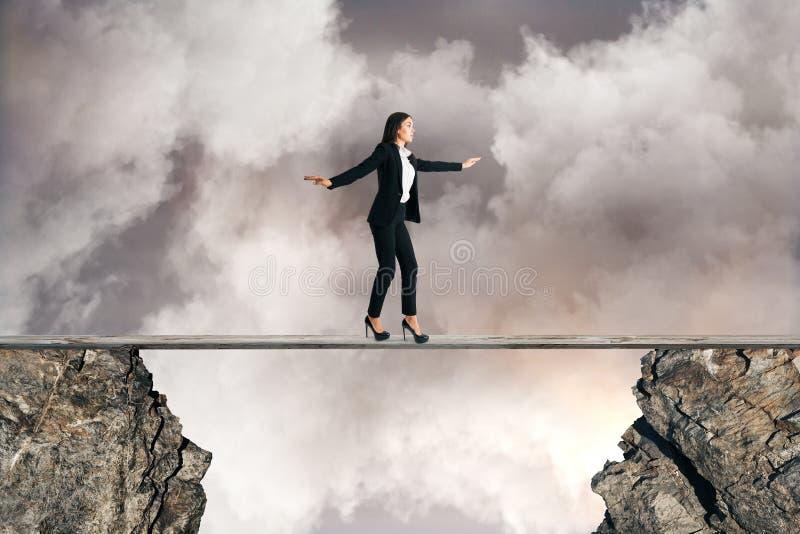 Frau, die zwischen Klippen balanciert lizenzfreie stockfotografie