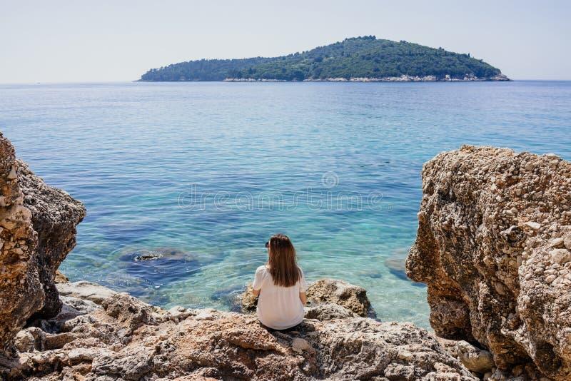 Frau durch das adriatische Meer stockfotografie