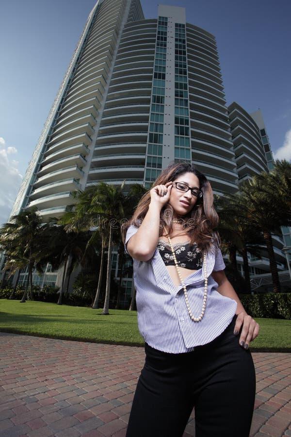 Frau durch ein modernes Gebäude stockfoto