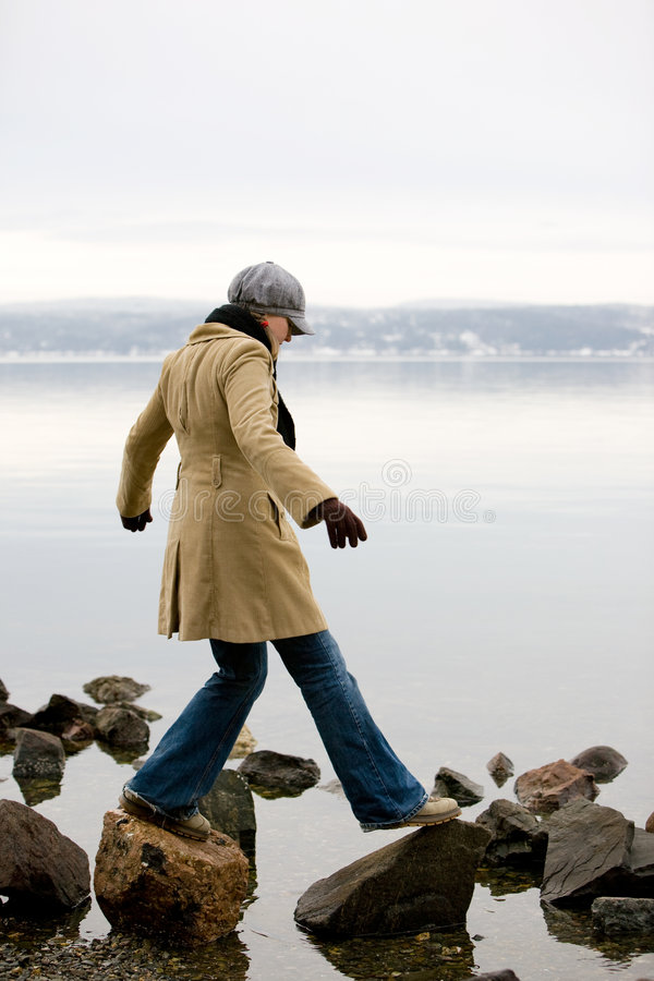 Frau durch Ocean stockbild