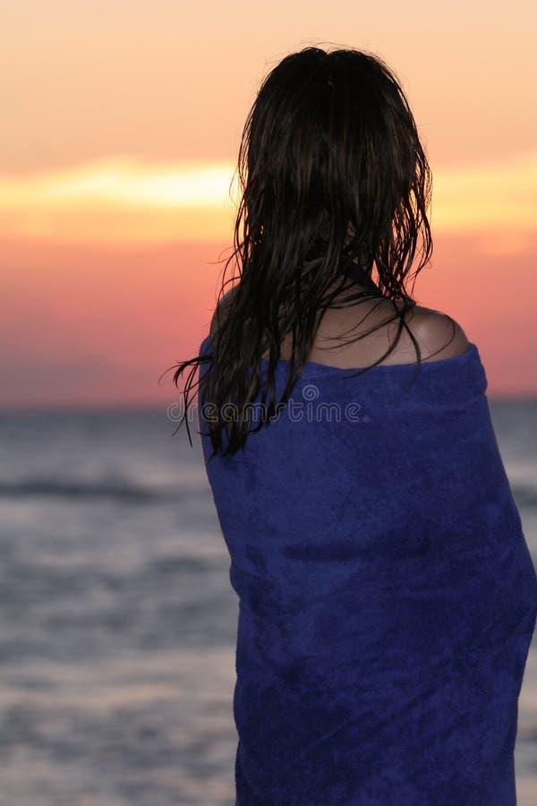 Frau durch Sonnenuntergang stockfoto